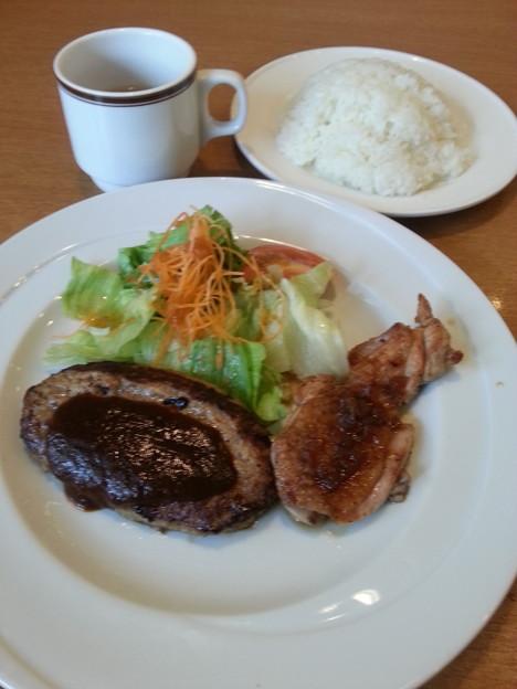 写真: ココス 日替わりランチ ハンバーグデミグラスソース&醤油チキン