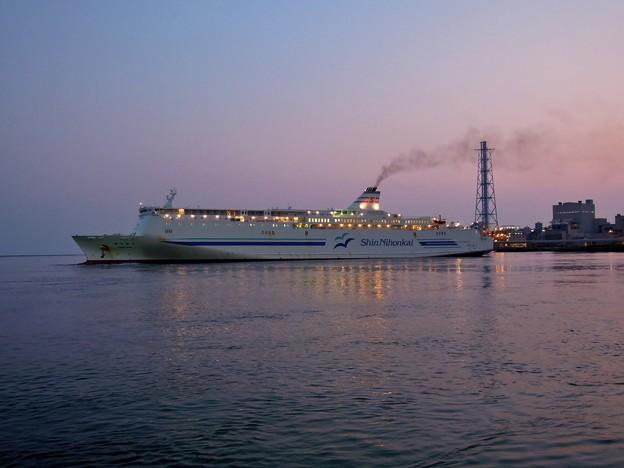 写真: 出航するフェリー