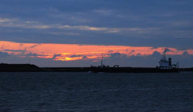 朝焼けと貨物船