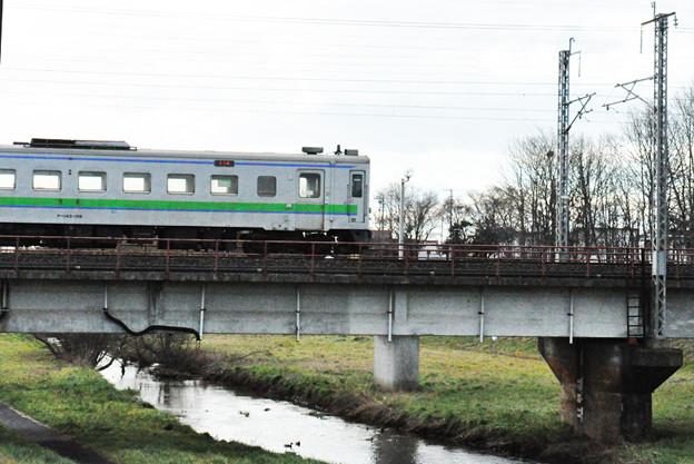 苫小牧川と電車