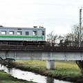 写真: 苫小牧川と電車