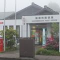 霧の箱根町郵便局前丸ポスト
