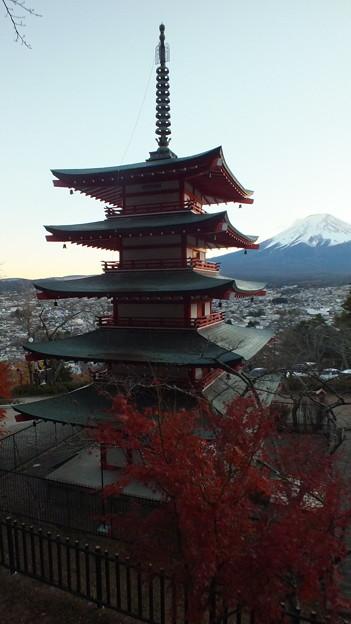 五重の塔と紅葉と富士山