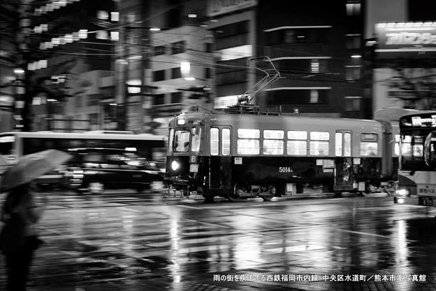 雨の街を疾走する西鉄福岡市内線。