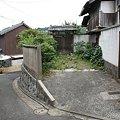 Photos: 「この胸いっぱいの愛を」石垣の壁を過ぎて花を育てる老人の自宅前