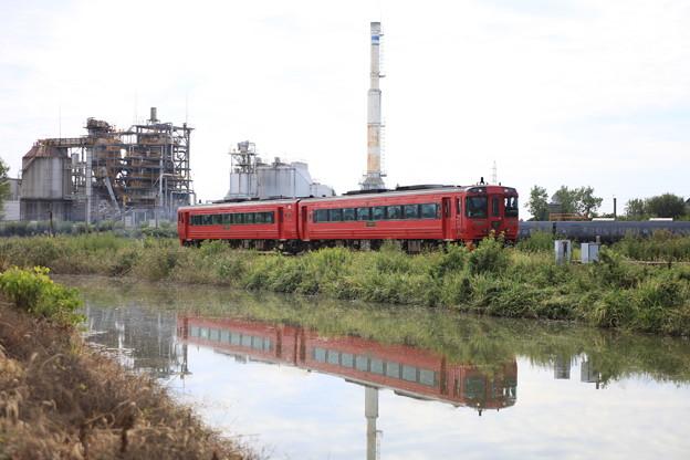 赤い特急列車と水鏡