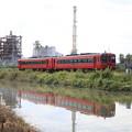 Photos: 赤い特急列車と水鏡