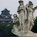 広島城と花の精の像