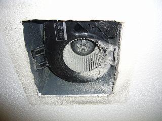 120526-1 トイレの換気扇・掃除前