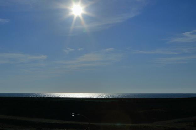 写真: 初夏の日本海と太陽