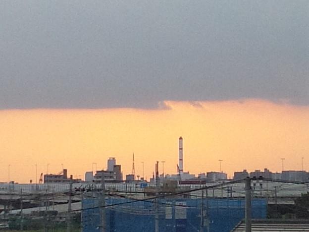 今日の夕方の何か不思議な雲と夕陽~ちなみに真ん中の棒は足立清掃工場の煙突 #夕陽