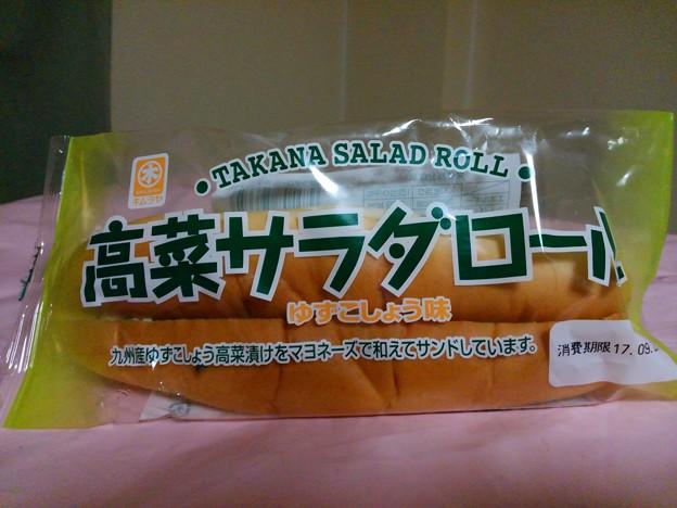 【今日の夜飯】岡山県倉敷市中庄の、岡山木村屋 キムラヤ 高菜サラダロール ゆずこしょう味 九州産ゆずこしょう高菜漬けをマヨネーズで和えてサンドしています。 あ、ゆずこしょう味になって復活してる!