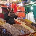 ナッツ類を売る露店商