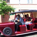 旧市街をゆっくり走る観光客用の車。これは通行OK