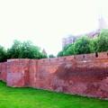 城の外壁が延々と続いています。