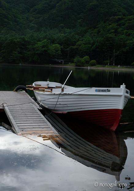 写真: 小舟_桟橋が落ちてる-5542