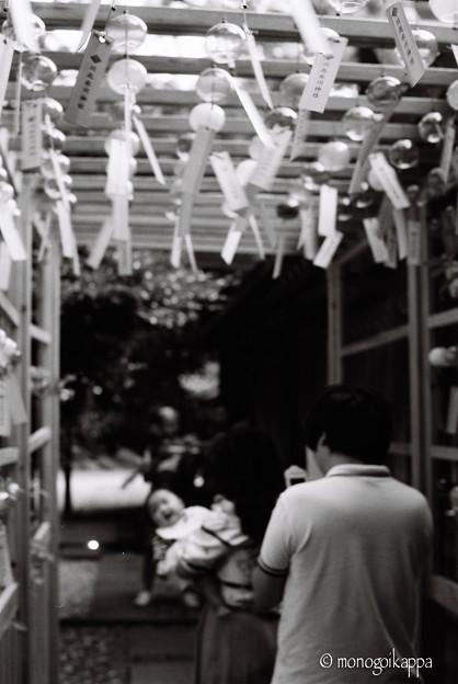 写真: 縁結び風鈴に喜ぶ赤ちゃん-000022