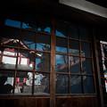 御嶽神社_10控え所のガラス戸に映る宝物殿-7038