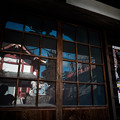 写真: 御嶽神社_10控え所のガラス戸に映る宝物殿-7038