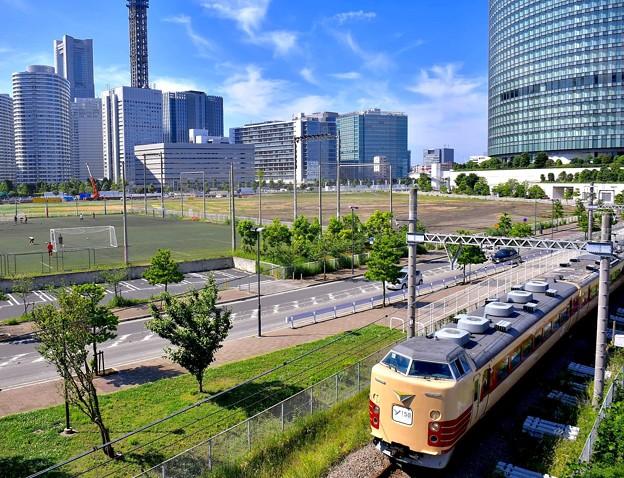 横浜のイベントで貨物線を走りる国鉄色189系 20170527