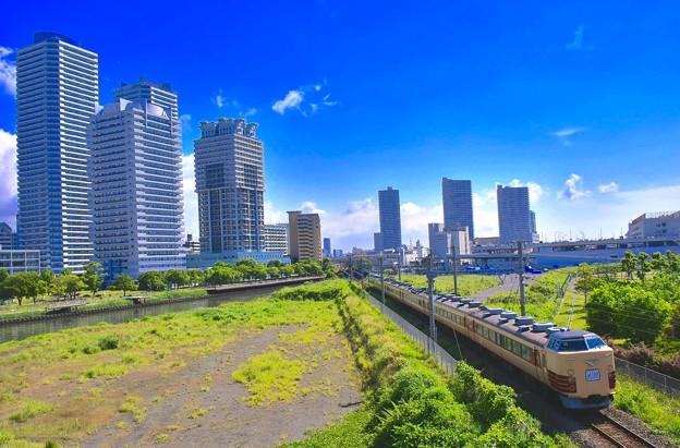 横浜の高層マンション群を走り国鉄色189系 20179527