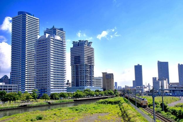 横浜の高層マンション横目に189系走る 20170527