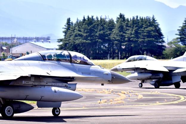 写真: 横田基地ランウェイ18(^^)へ韓国空軍KF-16 20170603