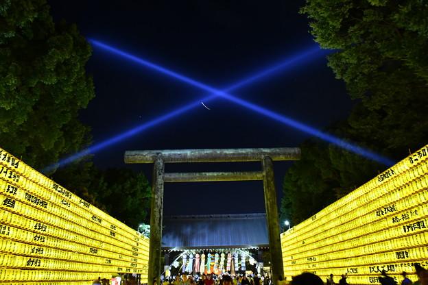 青白い光線放つ。。靖国神社鳥居みたま祭り 20170715