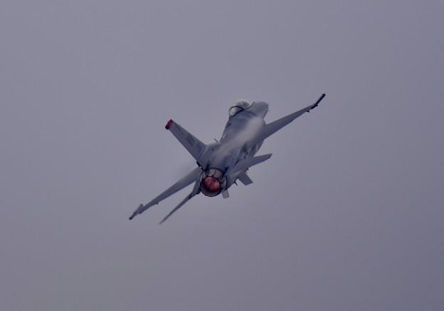 写真: 低い雲でもそれなりの上昇飛行。。F-16