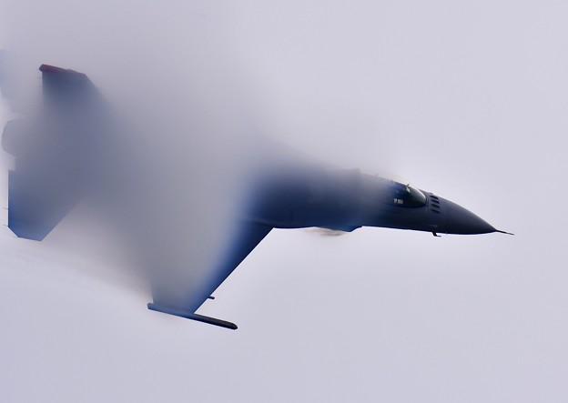 カメラも追えないくらい超高速パスベイパーF-16。。
