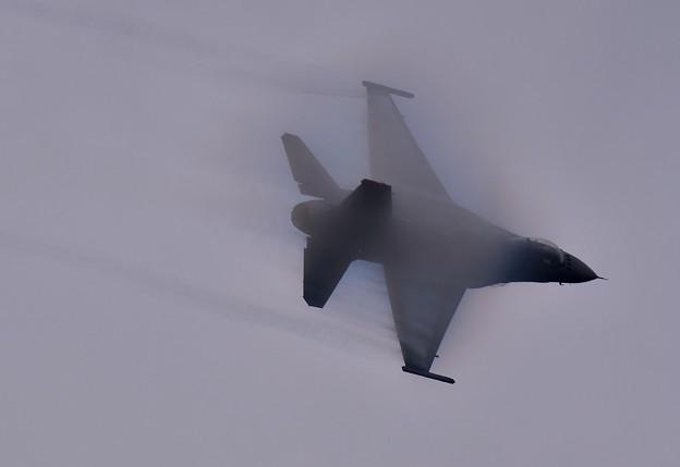 写真: 凄いスピードで駆け抜けるF-16。。