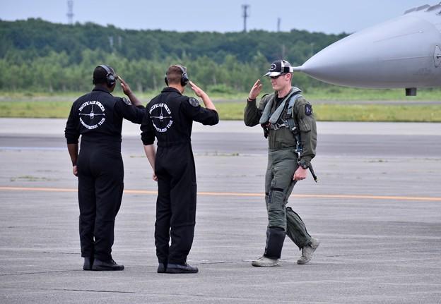 パイロットのパンチ氏支えてくれたスタッフへ敬意を表彰。。