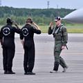 写真: パイロットのパンチ氏支えてくれたスタッフへ敬意を表彰。。