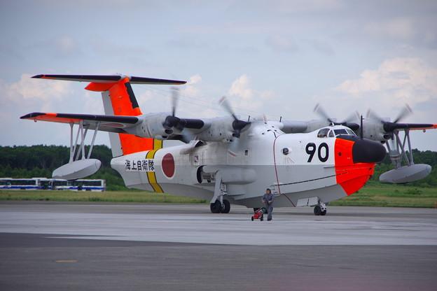 岩国基地へ帰投する海自飛行艇US-1A。。タキシングへ