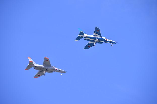 松島基地復興航空祭で。。オープンイングフライトで飛ぶブルーインパルスT-4とT-4