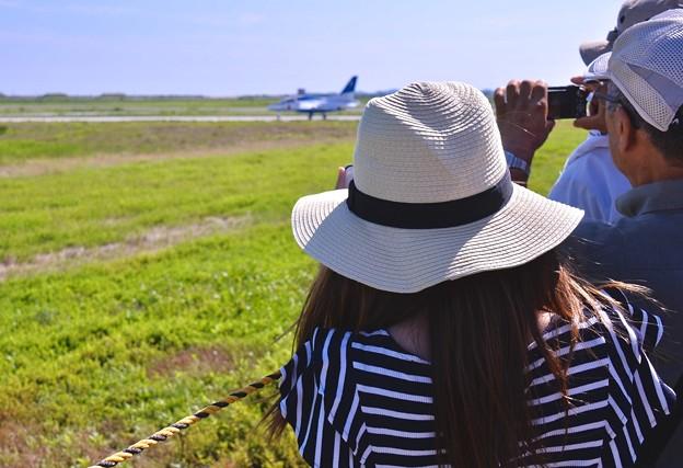 午後の松島基地復興航空祭。。2回目のブルーインパルスタキシング見守る女子。。
