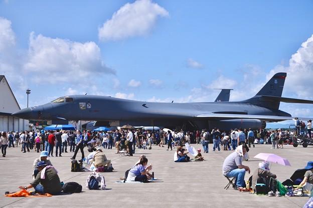 暑かった三沢基地航空祭。。戦略爆撃機B-1Bは贅沢な日除け(^^)