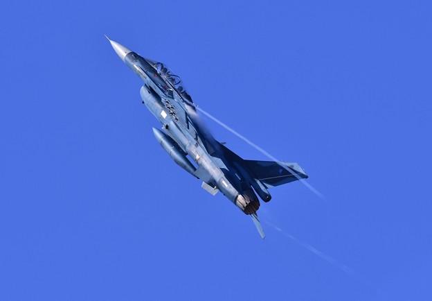 西陽浴びて。。トリを飾る機動飛行上昇するF-2