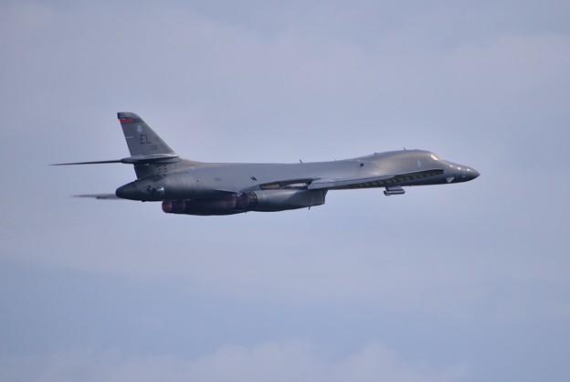 写真: アフターバーナー焚いてグアムへ帰投 戦略爆撃機B-1Bランサー