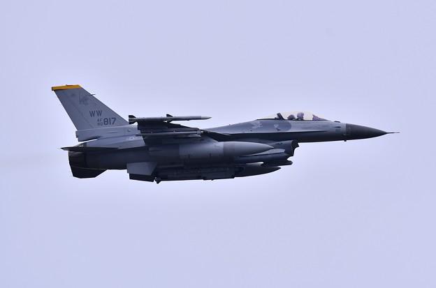 航空祭終えて翌日。。三沢の米空軍午前の訓練開始F-16。。上がり(1)