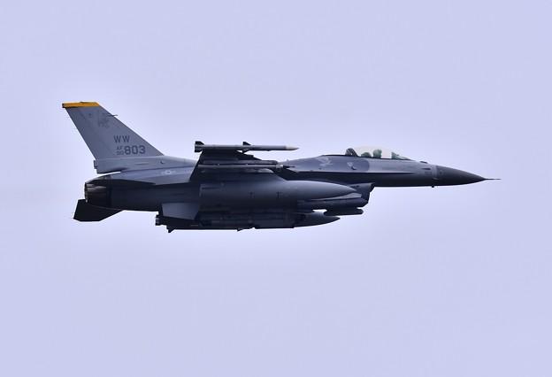 航空祭終えて翌日。。三沢の米空軍午前の訓練開始F-16。。上がり(2)