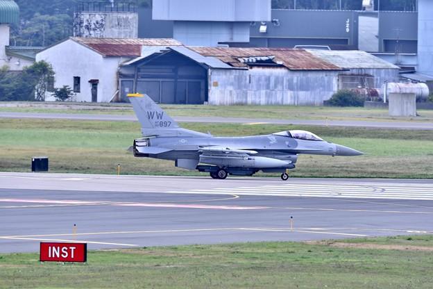 午後の三沢基地。。ローカルから帰投米空軍F-16。。
