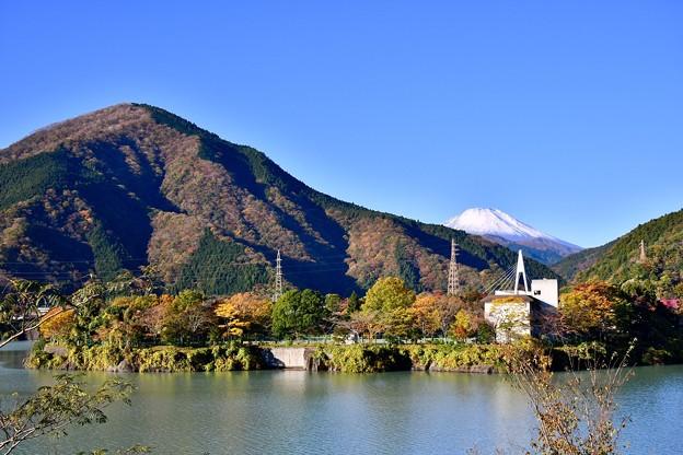 秋晴れの丹沢湖から富士山のぞむ。。20171112