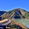 写真: 神奈川県の水瓶の一つ。。貯水率90以上の三保ダムの紅葉 20171112