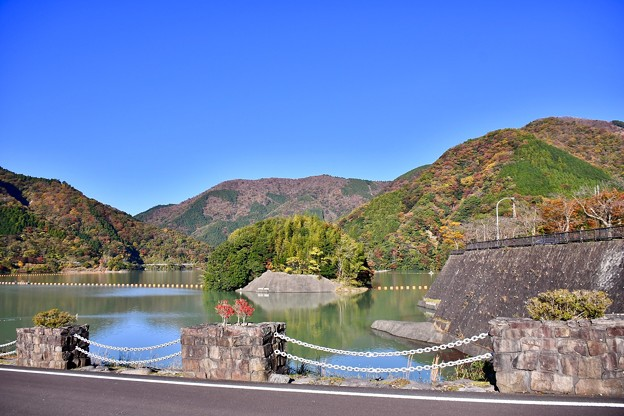 秋晴れの丹沢湖 三保ダムの紅葉 20171112
