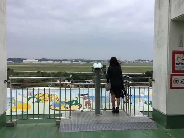 嘉手納基地。。道の駅から飛ばない航空機を眺めて女子。。20171123