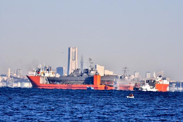 Photos: 横須賀港沖停泊の2隻に輸送艦 横浜も見える 20171209