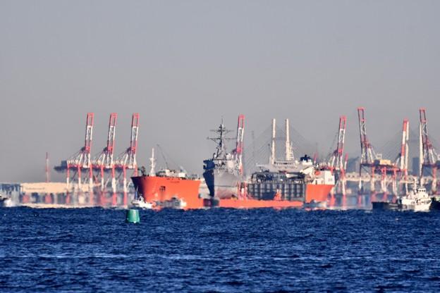 馬堀海岸から見える修理の為本国へ行く輸送艦 20171209
