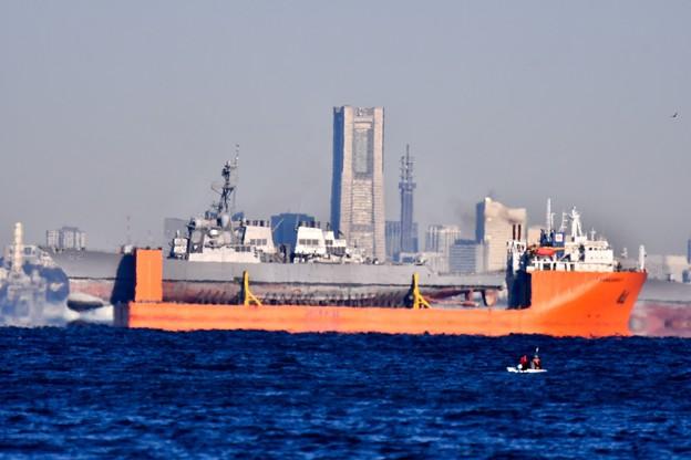 横浜ランドマークタワーも見える馬堀海岸から衝突修理の駆逐艦フィッツジェラルド 20171209
