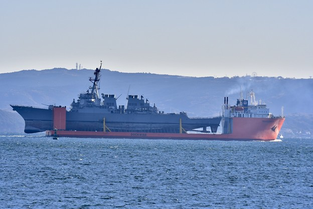 Photos: 浦賀水路を通る輸送艦トランスシールフ。。米海軍駆逐艦フィッツジェラルド乗せて。。20171209